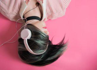 Chica con auriculares escuchando música.