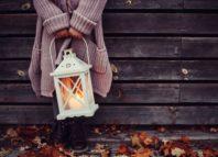 Chihca en invierno sosteniendo un farolillo,