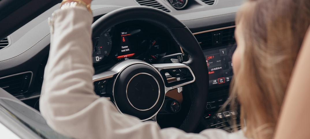 3 cosas que no deben faltar en tu coche: ambientador, manos libres y música